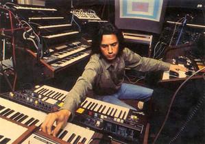 """Jean Michel Jarre en su """"laboratorio electrónico""""."""