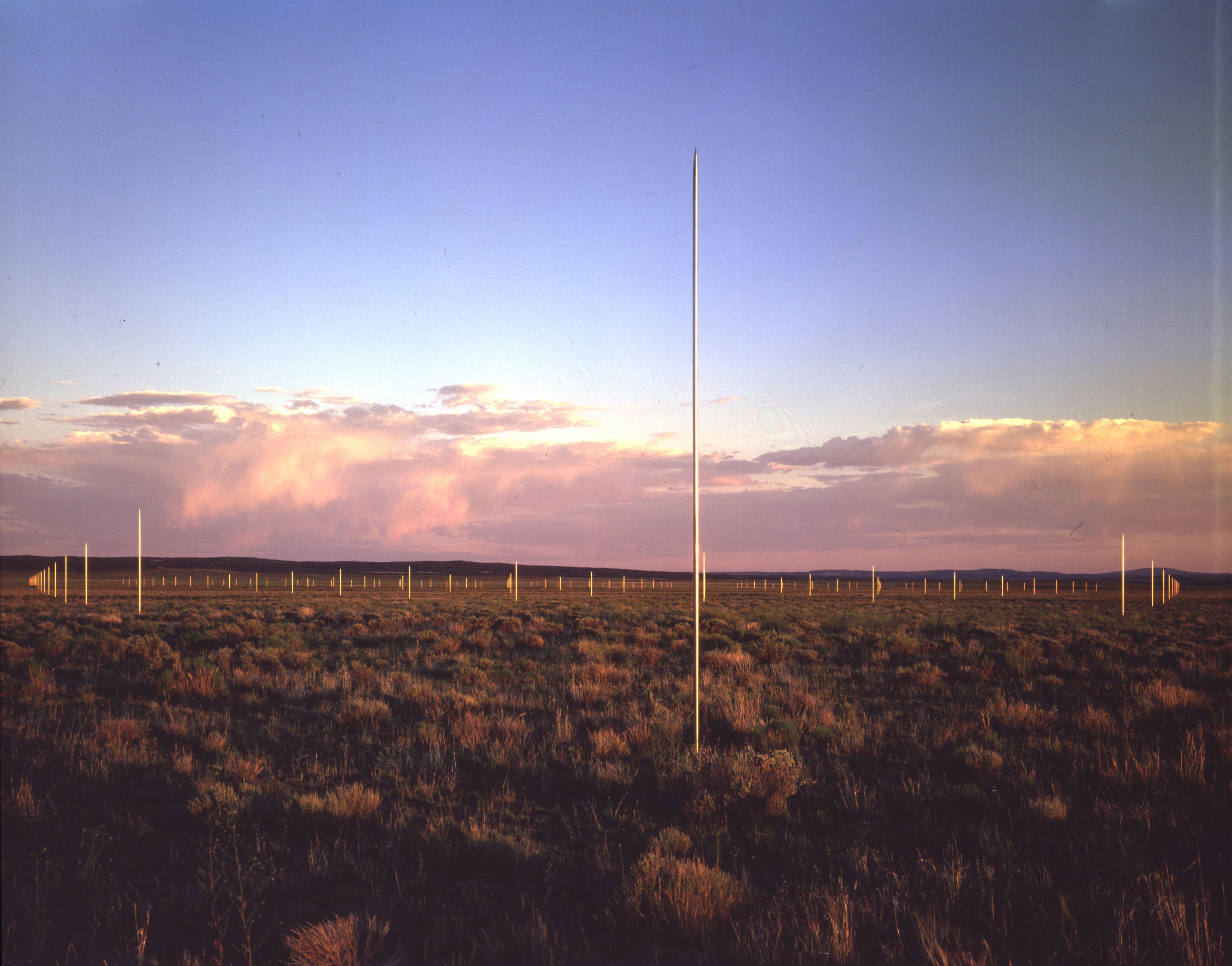 Instalación de los 400 postes de acero en el desierto de Nuevo Méjico.