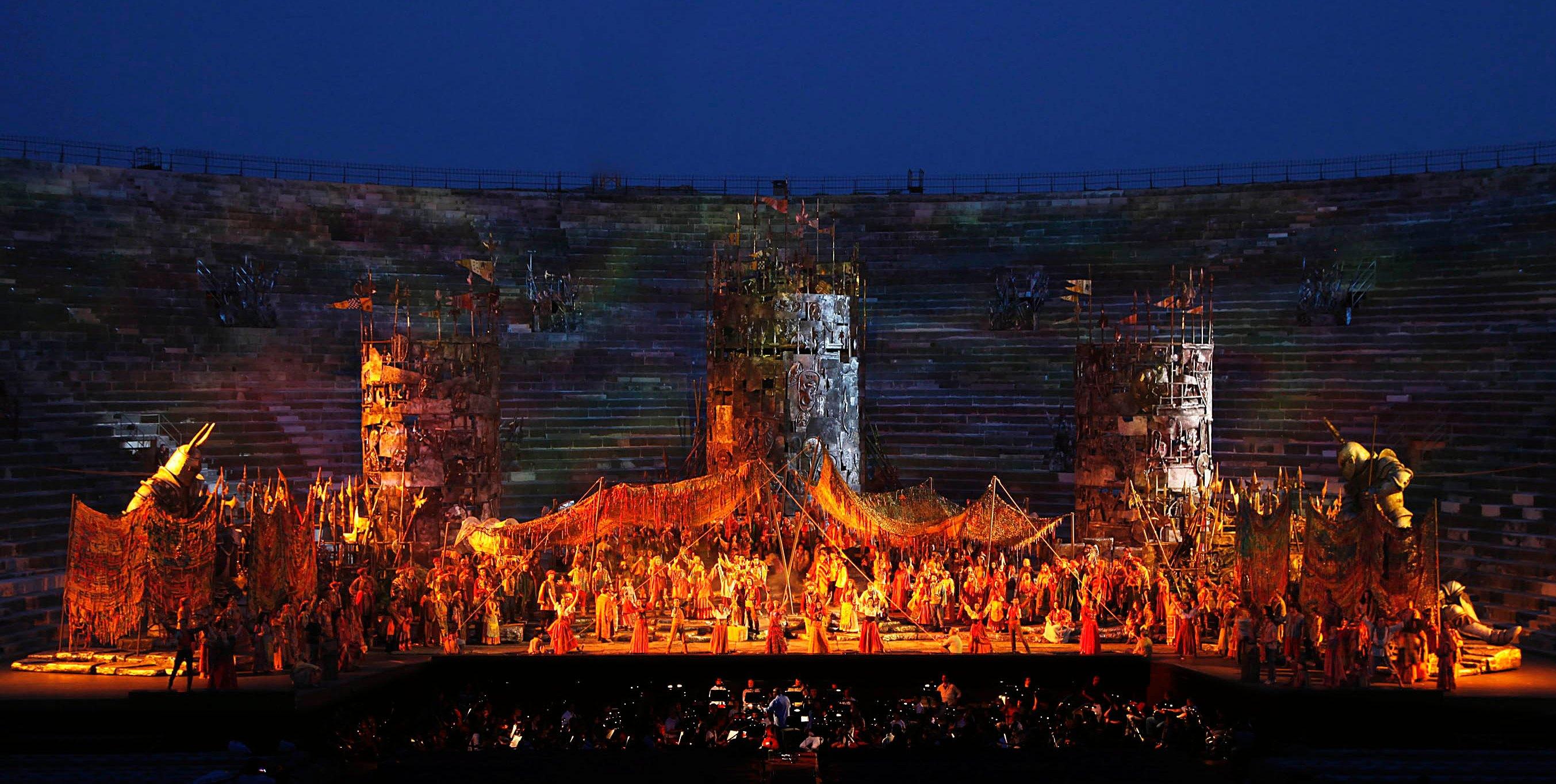 """Puesta en escena de Il Trovatore en la """"Arena de Verona"""" en el 2016."""