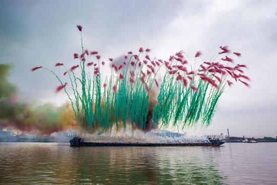 """Cai Guo-Qiang, presentación de su expoción """"Elegy"""" en el río Huangpu de Shangai."""