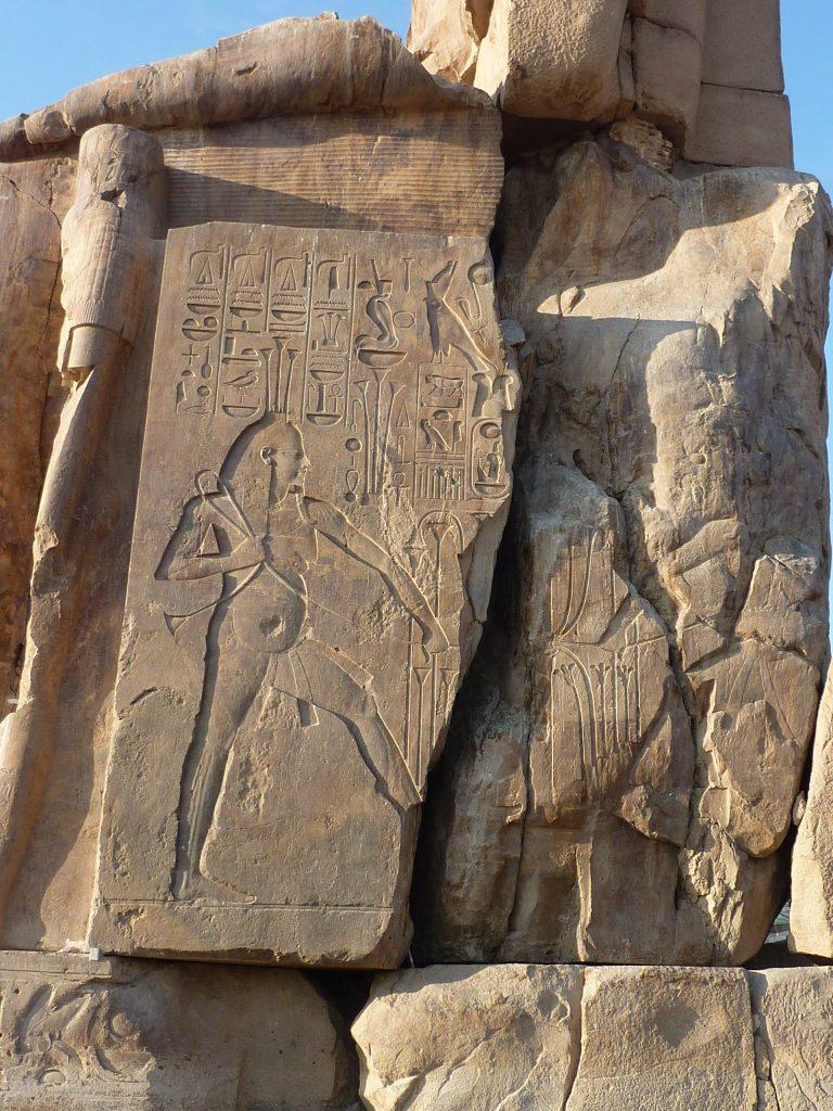 Jeroglíficos en el lateral de uno de los Colosos de Memnón.