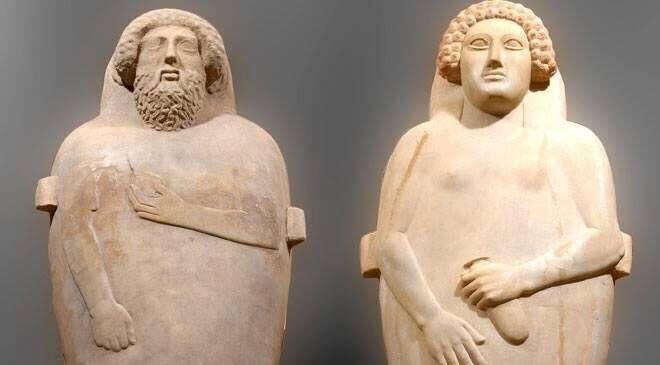 Sarcófagos antropomorfos de hombre y mujer en el museo de Cádiz.
