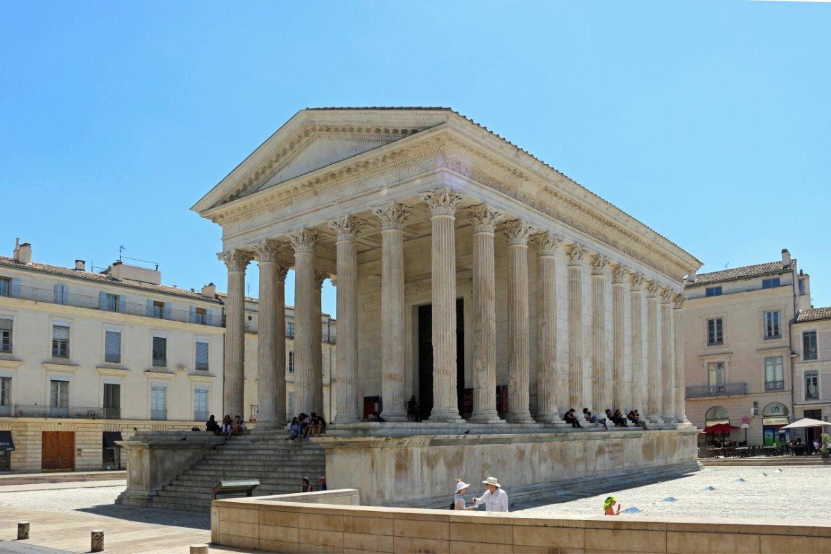 Un ejemplo de templo romano, la Maison Carrée Nimes en Paris (Francia).